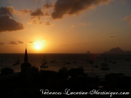 Le coucher du soleil depuis la villa sur la mer des caraïbes, à droite, vue sur le fameux rocher du Diamant et à gauche le clocher de l'église de Sainte-Anne