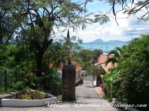 Bas du chemin du calvaire vers l'église de Sainte-Anne et les commerces, à pieds depuis la villa