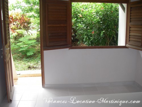 «Chambre du jardin» : grand lit king size 160, ventilateur, moustiquaire lit + aux fenetres, porte indépendante avec accès sur le jardin, penderie et armoire