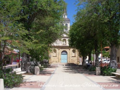 Depuis la villa, on voit le clocher de l'église classée monument historique, la voici, à quelques pas à pieds de la maison