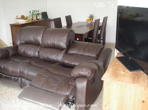 Canapé cuir option relax et écran plat Sony dans le salon de la villa