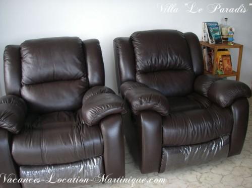 Les 2 fauteuils en cuir option relax vue sur mer et sur la télévision