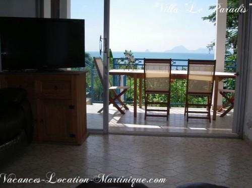 Vue sur la mer des Caraïbes et sur le rocher du Diamant depuis les confortables fauteuils en cuir du salon