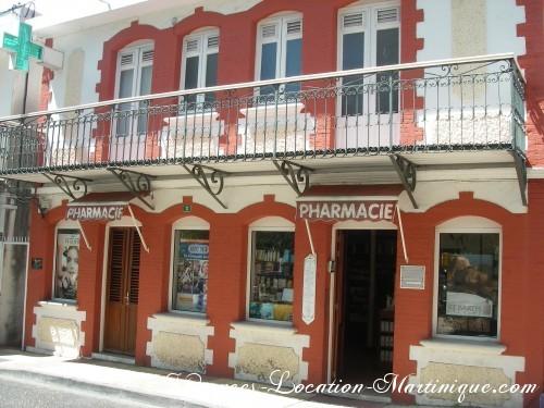 Devant l'église, le pharmacie du bourg, à quelques mètres de la villa, avec tous les médicaments français (dont Insect Ecran)