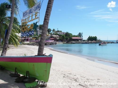 L'une des plages de Sainte-Anne bourg : la plage devant le restaurant Paille COCO où l'on peut manger et boire les pieds dans le sable