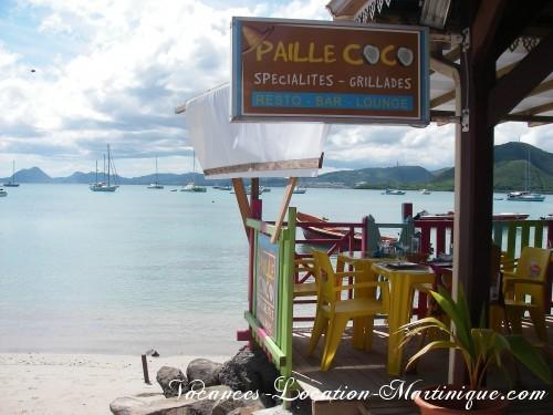 A une minute à pieds de la villa, le restaurant Paille Coco et la plage du bourg