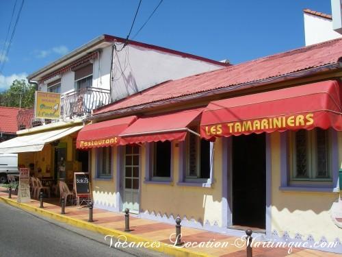 Restaurant les tamariniers et snack en bas de la villa, dans le bourg, à une dizaine de mètres