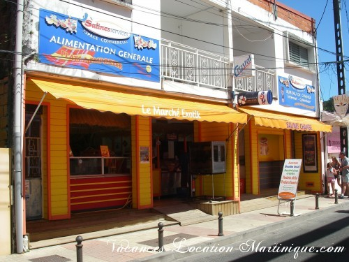 Supermarché alimentation exotique, tabac et PMU à 1 minute à pieds de la villa